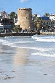 モンデッロ ・ ビーチで古いタワー — ストック写真