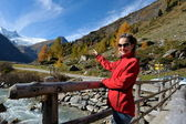 Young woman tourist in alpine zone — Stock Photo
