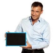 Un uomo che tiene un messaggio di spazio copia di lavagna — Foto Stock