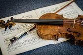 木制小提琴和弓 — 图库照片