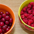 Cherries and raspberries — Stock Photo