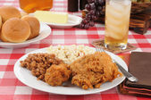 Fried chicken and baked beans on a picnic table — Stock Photo