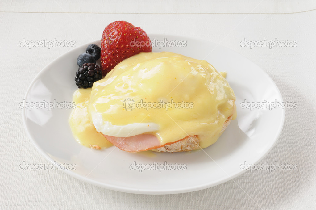 Canadian bacon and a fried egg on an English muffin with Hollandaise sauce — Stock Photo #11167343