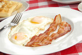 Bacon and eggs closeup — Stock Photo