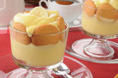 Bnaana pudding with cookies — Stock Photo
