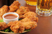 Chicken wings and beer — 图库照片