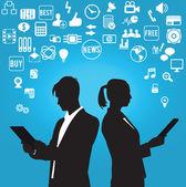 Siluetas de empresario y empresaria con símbolos de los medios sociales — Vector de stock