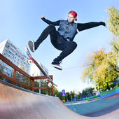 Skateboardåkare i skatepark — Stockfoto
