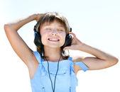 ヘッドフォンでの幸せな女の子 — ストック写真