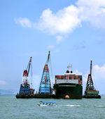 Načítání kontejnery na lodi na moři — Stock fotografie