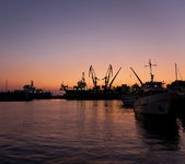 Silhouettes of ships in port — Stock Photo