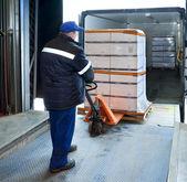 Werknemer op vrachtwagen laden — Stockfoto