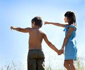 Мальчик и девочка, держащая руки — Стоковое фото