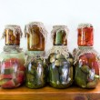 Foto Stock: Jars of pickled vegetables