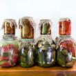 Банки маринованные овощи — Стоковое фото