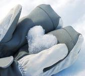 Herz hergestellt aus schnee — Stockfoto