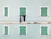 Vêtements suspendus à l'extérieur de la fenêtre — Photo