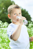 Child drinking pure water — 图库照片
