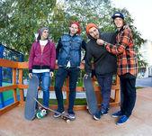 Čtyři přítel ve skateparku — Stock fotografie