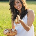 bir parça ekmek güzel kız sunar — Stok fotoğraf