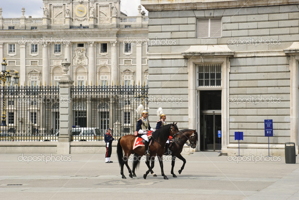 Guards on the horses in front of Royal palace, Palacio real, Madrid, Spain — Stock Photo #10921824