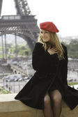 Female blond model in red hat Eiffel tower — Stock Photo