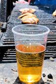 Cerveja e grelha — Fotografia Stock