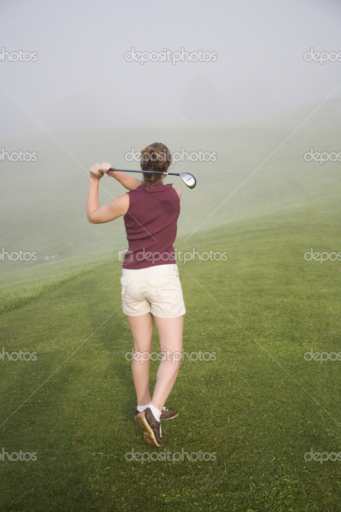Woman in her mid 20s playing golf — Stock Photo #10857037