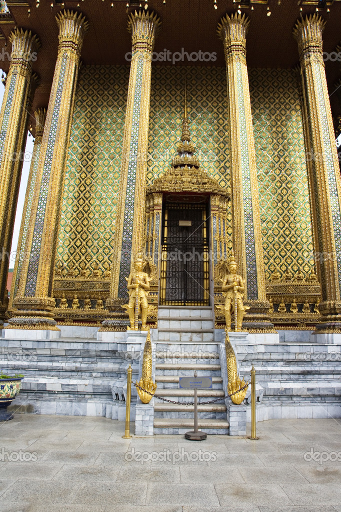 Traditional structures decorated in gold at the Grand Palace in Bangkok Thailand — Stock Photo #10918261