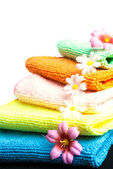 Stack of towels and flowers. — Стоковое фото