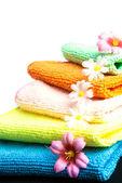 Stapel handdoeken en bloemen. — Stockfoto