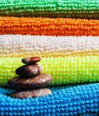 Bunt handdukar och stenar. — Stockfoto