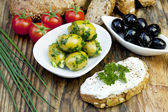 Green olives with fresh bread and herbs — Stockfoto