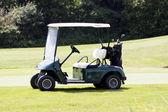 Voiture de golf sur un parcours en été — Photo