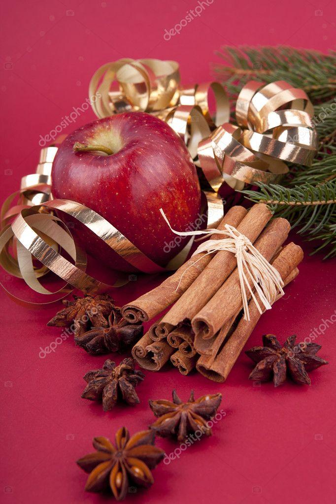 decoracao arvore de natal vermelha:Maçã vermelha de decoração de Natal, canela, anis e árvores em