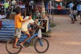 Asiatiska barn ridning cykel — Stockfoto