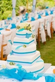 Wedding cake and table setting outdoors — Photo