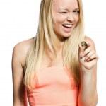 ung kvinna med mynt — Stockfoto