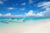 White boat on a tropical beach — Stock Photo