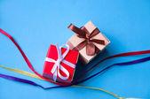Geschenk-boxen mit bändern und schleifen — Stockfoto
