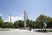 Obelisk and Sultan Ahmet Mosque in Sultanahmet Square, Istanbul, — Stock Photo