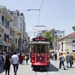 Tram and walking in Istiklal street, Beyoglu, Istanbul, T — Stock Photo