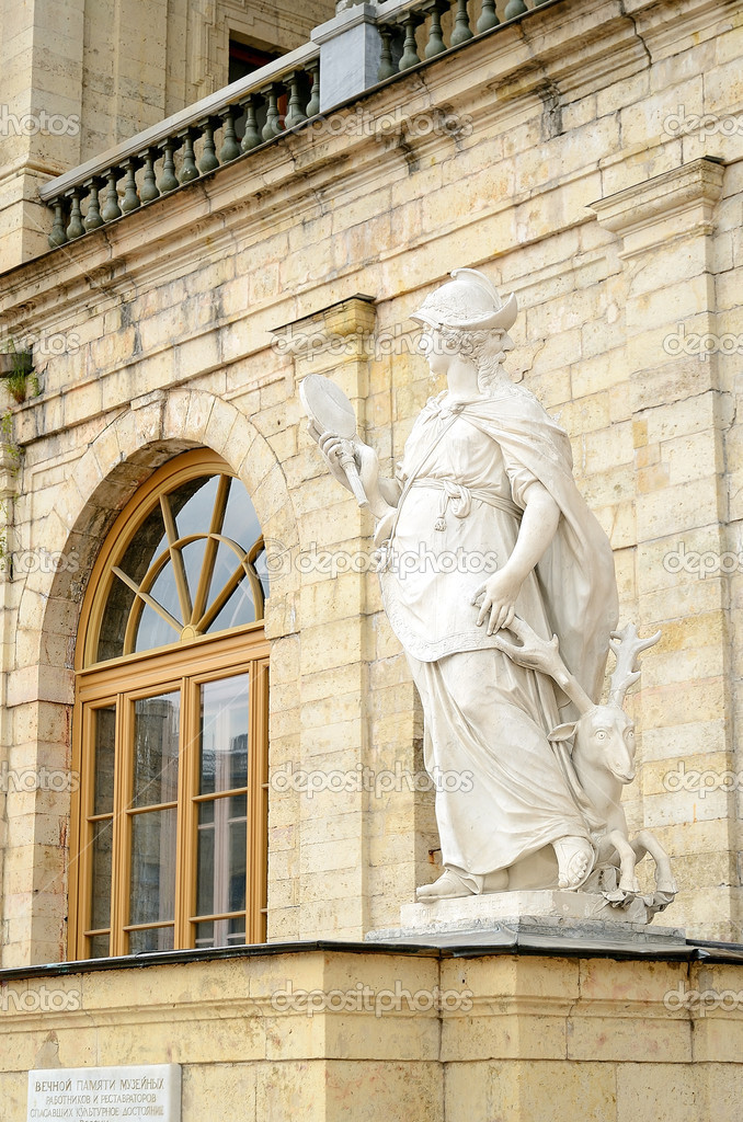 Statue of the Gatchina Palace in Gatchina (near St-Petersburg,Russia) — Stock Photo #10947360