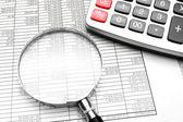 Vergrootglas, de rekenmachine en documenten. — Stockfoto