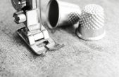 Thimbles and sewing machine. — Stock Photo