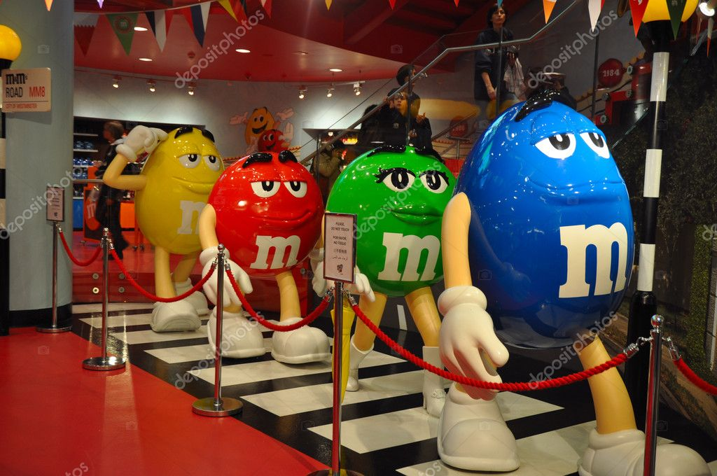 LONDON, ENGLAND - June 15: M&M's Walking Like the Beatles in M&M's World store in London?s Leicester Square on June 15, 2012 in London, England — Stock Photo #11601419