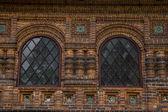赤れんが造りの教会の大きな窓 — ストック写真