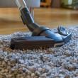 aspiradora para limpiar la sala de estar — Foto de Stock   #11805144
