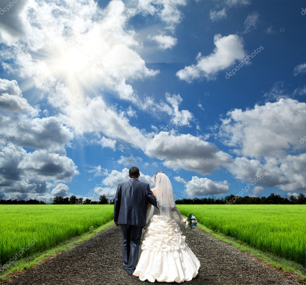The bride and groom go to a new life — Stock Photo #10938824