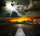 Yol asfalt ve gökyüzü — Stok fotoğraf